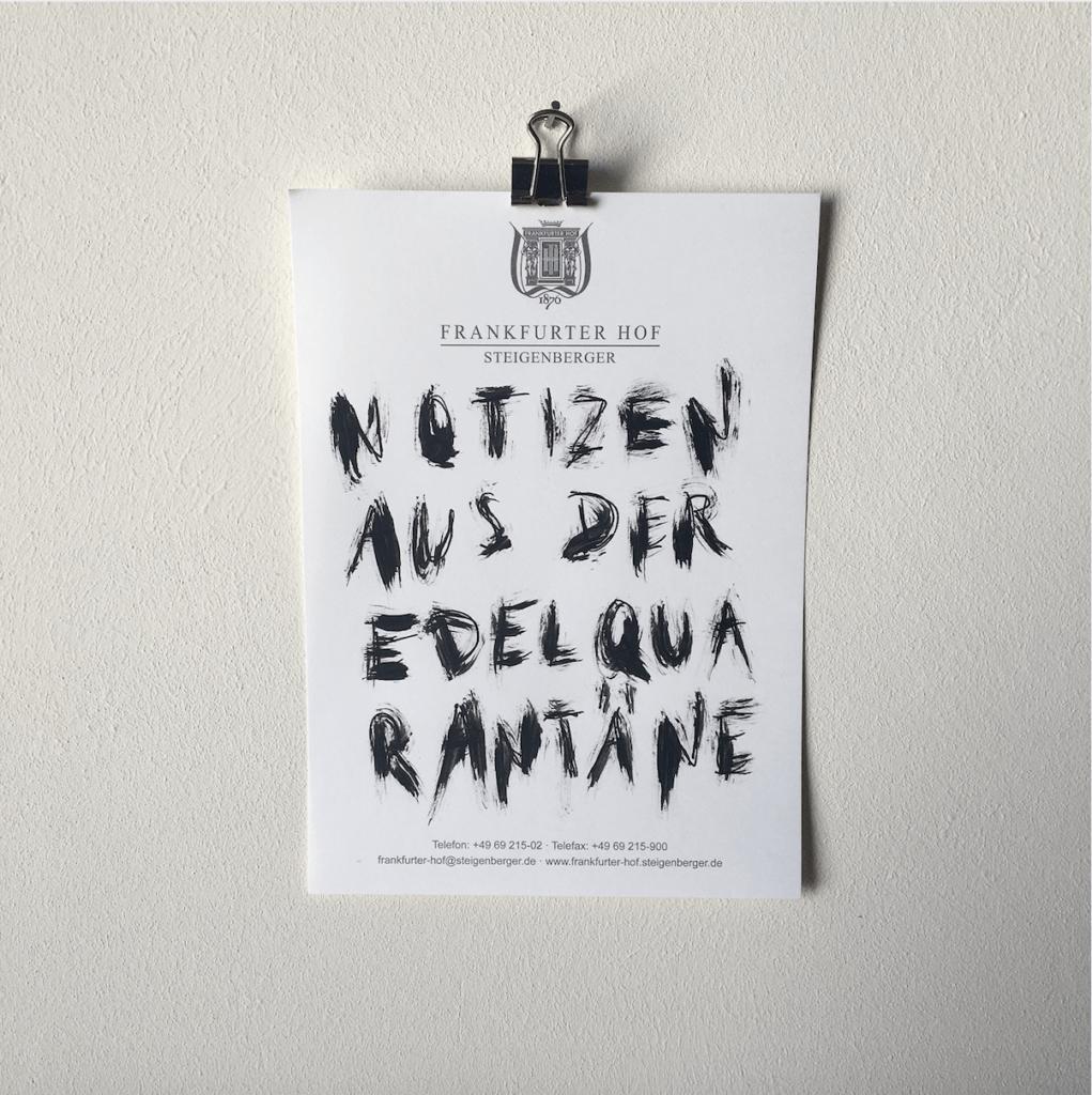 """Eine Zeichnung aus der Reihe """"Notizen aus der Edelquarantäne"""" von Künstler Nicholas Warburg. Auf einem Blatt vom Zettelblock des Hotels Frankfurter Hof steht geschrieben: """"Notizen aus der Edelquarantäne""""."""