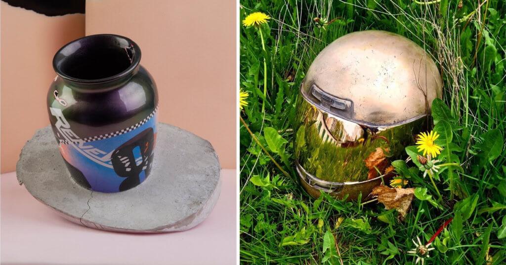 Zwei Arbeiten von Rene Wagner. Links eine Vase mit Betonfuß, rechts ein goldener Motorradhelm im Gras.