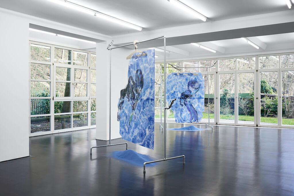 Installationsansicht der Ausstellung Watchu expect me to do when I lose my cool von Flaka Haliti in der Galerie Deborah Schamoni.
