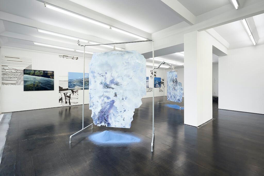 Installationsansicht der Ausstellung Watchu expect me to do when I lose my cool von Flaka Haliti in der Galerie Deborah Schamoni