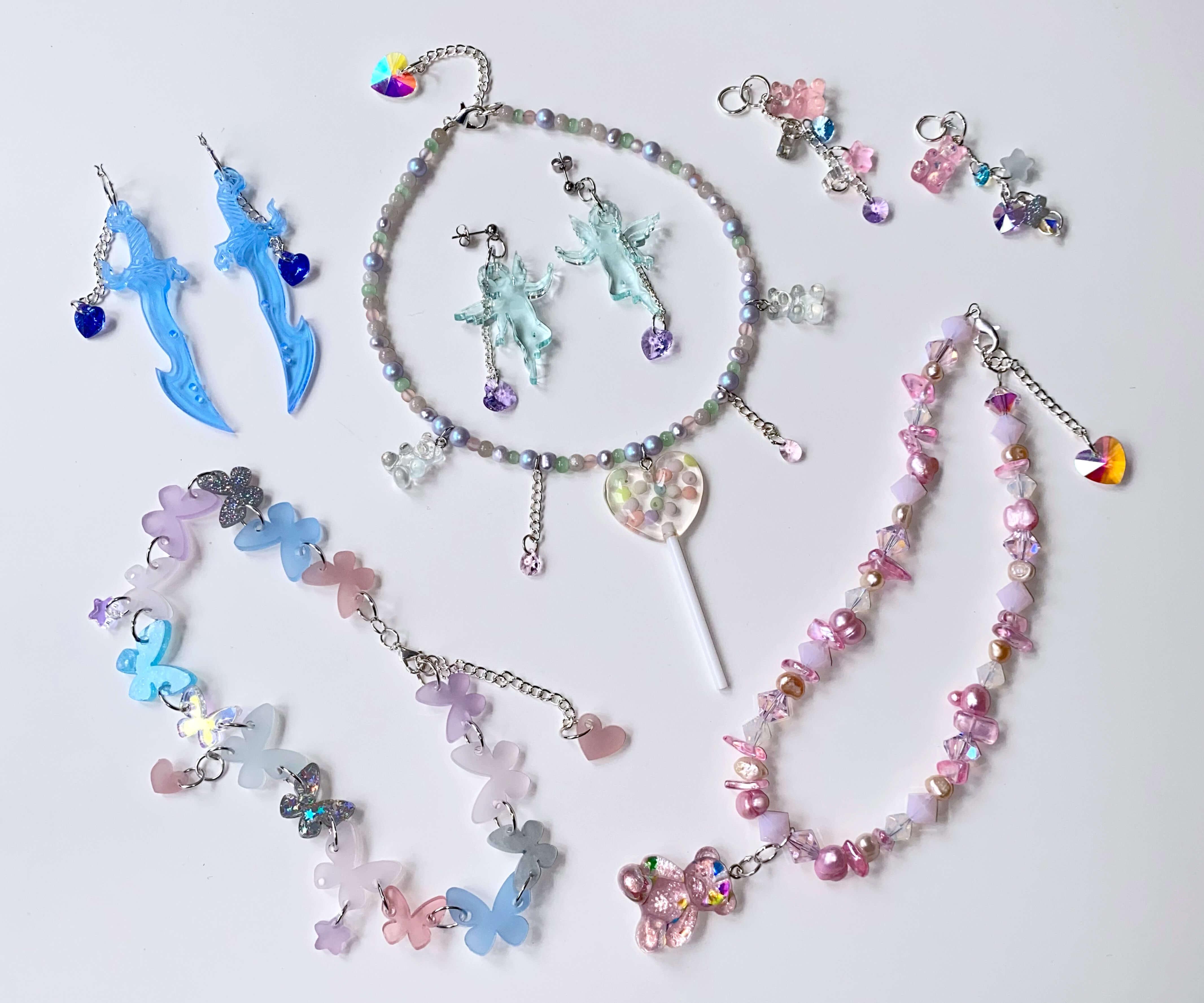 Schmuck der Künstlerin Emma Pryde. Ohrringe und Halsketten sind aus den Resten ihrer Kunstwerke entstanden.