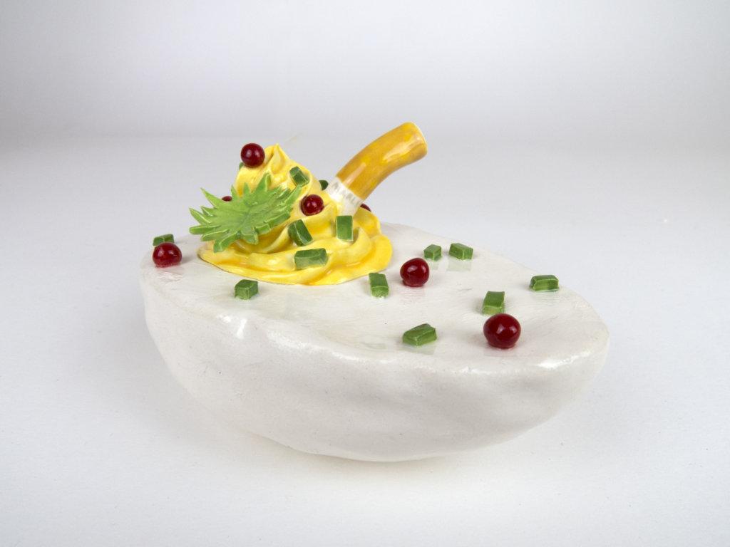 Giant deviled Egg with a cigarette, Werk aus Kermaik der Künstlerin Katy Stubbs.
