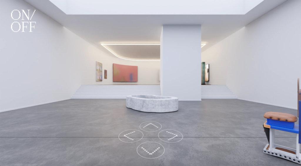 Zu sehen ist eine Online-Ausstellung der ON/OFF Gallery. Ein großer Raum mit zwei Ebenen, im Hintergrund vor allem Malerei in Pastelltönen, im Fordergrund zwei Skulpturen.