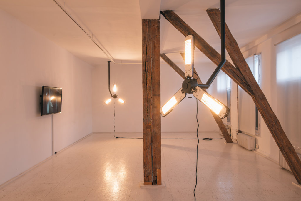 """Ausstellungsansicht """"A Year without the Southern Sun"""". Raumgreifende Installation von Kévin Blinderman."""