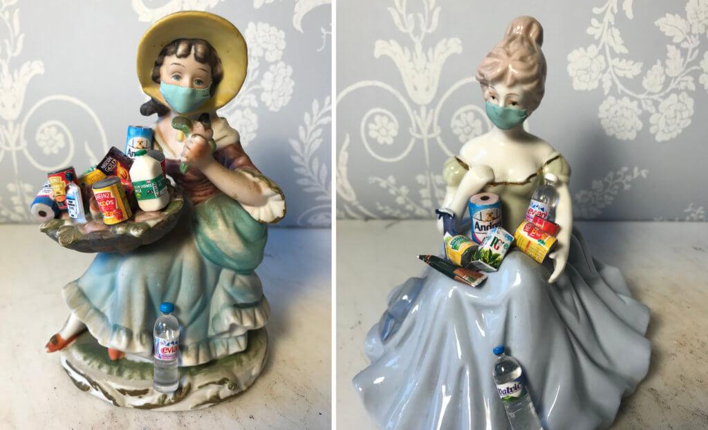 Zwei Porzellanfiguren der Künstlerin Lucy Bryant. Beide tragen Einkäufe und Masken.