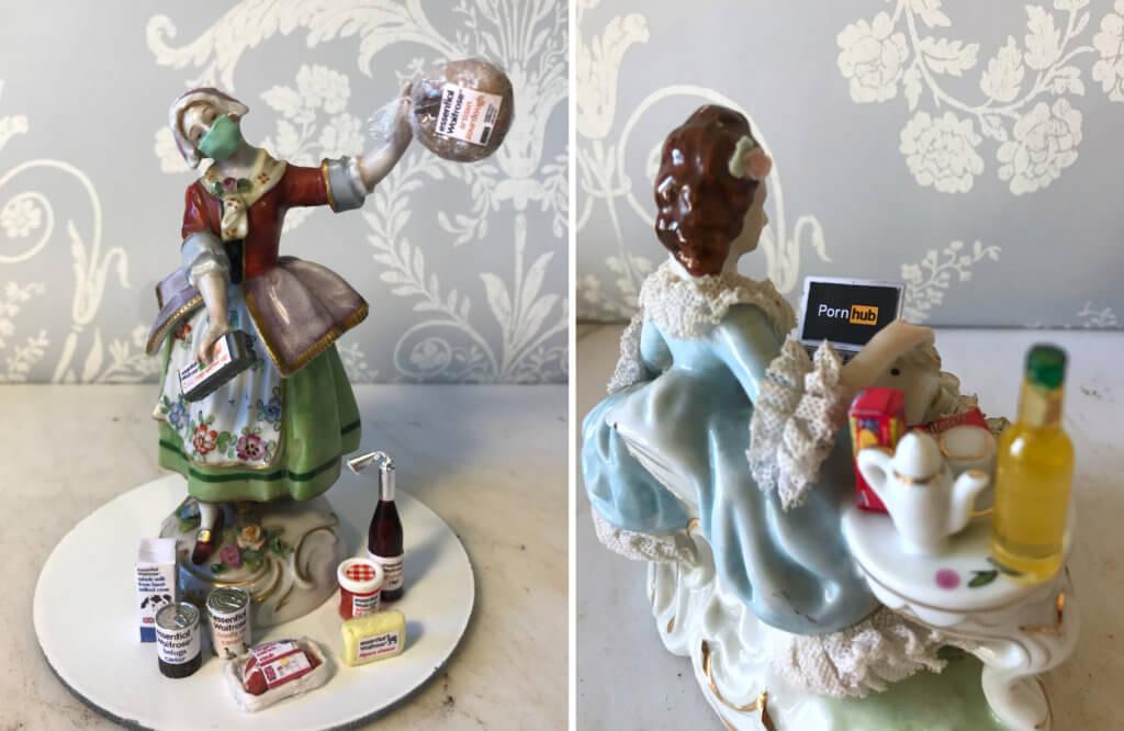 Zwei Porzellanfiguren der Künstlerin Lucy Bryant. Eine präsentiert ihre Einkäufe, sie trägt eine Maske. Die andere schaut Pornos.