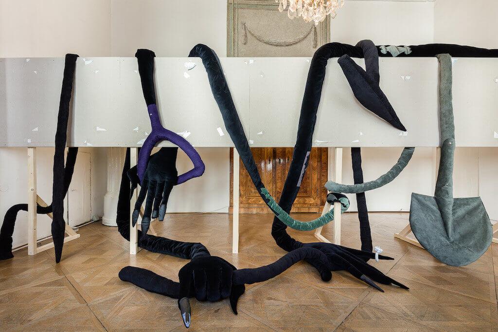 Ausstellungsansicht Unter Flaschen – Die Fledermaus in der Bar du Bois von Ann Muller, Die fleissigen Totengräberinnen und ihr Werkzeug in der Universität für angewandte Kunst Wien.