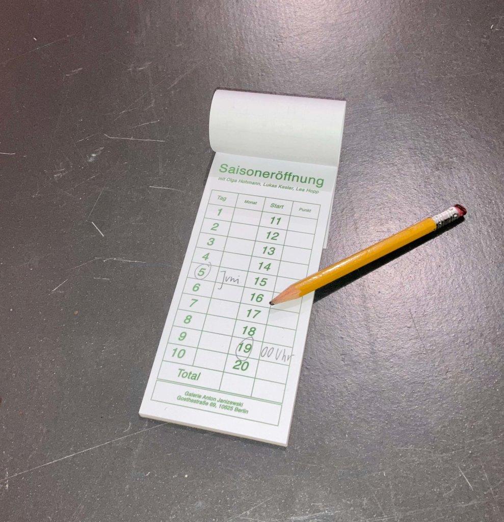 Ein Kalender, auf dem der 05. Juni 2020 eingekreist ist, liegt mit einem gelben Bleistift auf einer zerkratzten Oberfläche.