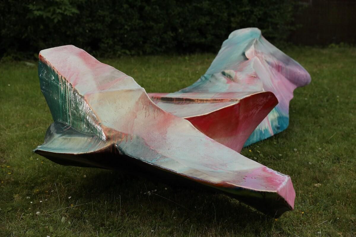 Bunte abstrakte Skulptur von Katharina Grosse auf grünem Rasen.