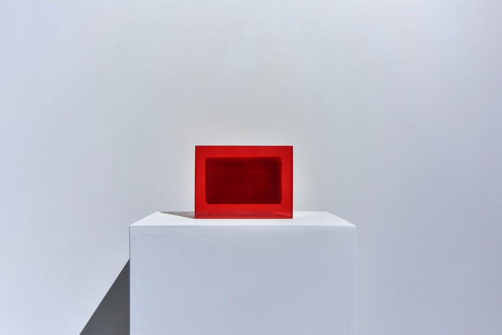Eine Arbeit des Künstlers Isaac Chong Wai, ein roter Quader.