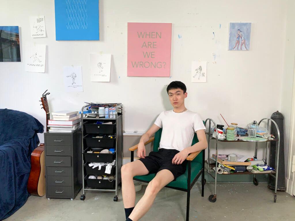 Der Künstler Isaac Chong Wai sitzt in seinem Studio in Berlin.