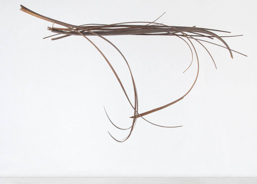 Kunstwerk aus Holzstriemen von Joanna Przybyla