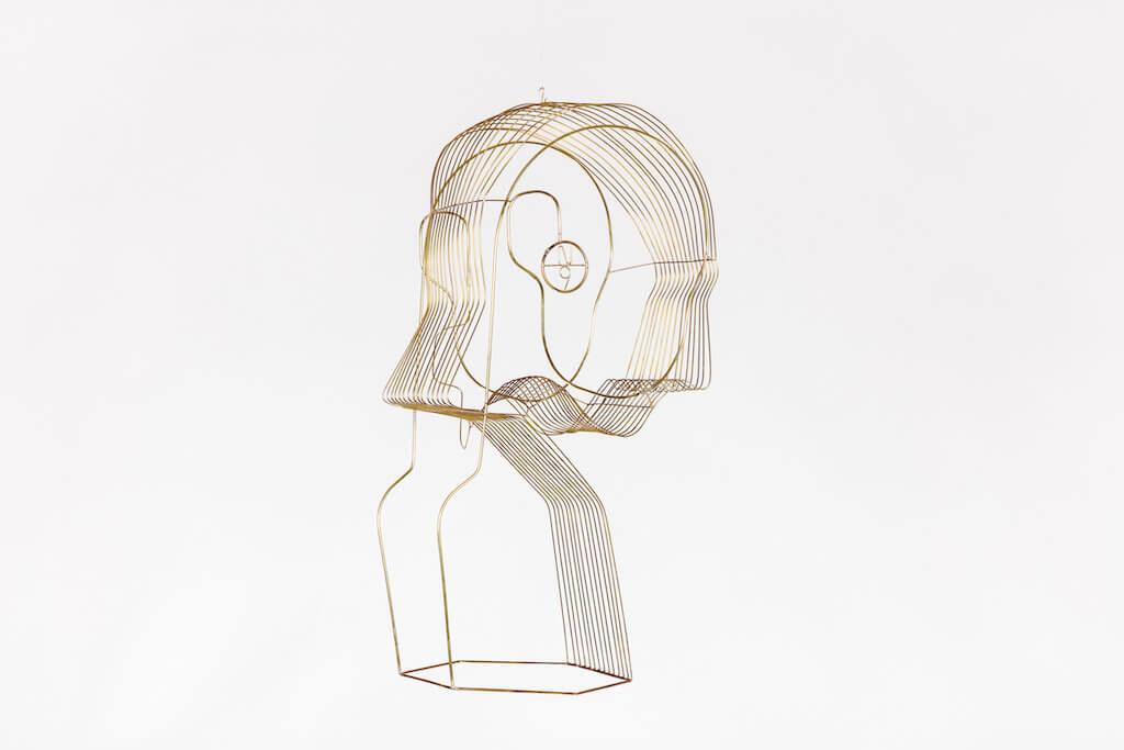 Die ist die Abbildung einer Skulptur des Künstlers Constantin Luser. Der Titel der Arbeit ist N9 (2017) und sie stellt einen abstrakten Kopf dar, der aus einzelnen Linien geschaffen ist.