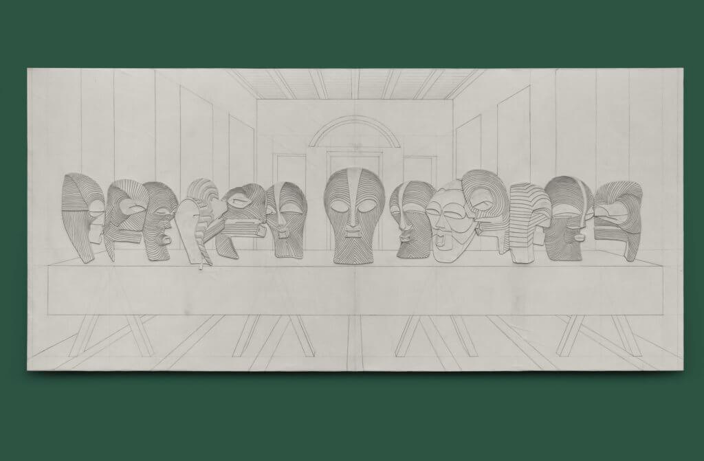 Eine Bleistiftarbeit von Michael Sayles hängt an einer grünen Wand. Die Arbeit zeigt die Szene des Abendmahls. Anstelle der Jünger sind jedoch afrikanische Masken zu sehen.