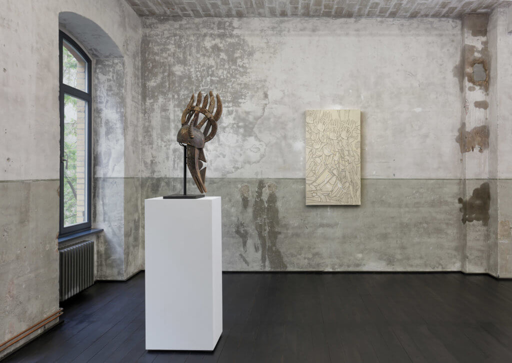 Ausstellungsansicht in der Galerie xavierlaboulbenne. Zu sehen sind eine Skulptur und eine Malerei des Künstlers Michael Sayles.