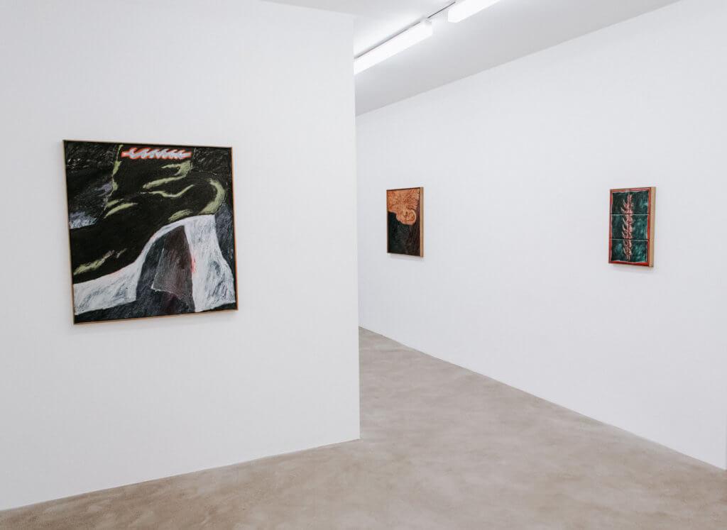 Raum der Galerie Chloé Sagaldo mit Werken von Stevie Dix