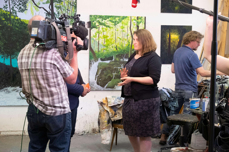 artspring Organisatorin Julia Brodauf im Atelier eines Künstlers