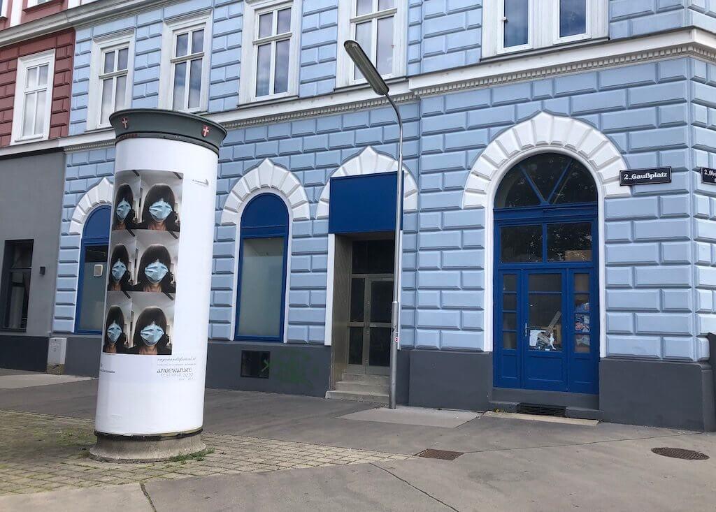 Foto einer bespielten Litfaßsäule im zweiten Bezirk in Wien. Projekt 23 Bezirke, 23 Litfaßsäulen der Abteilung Social Design für das Angewandte Festival 2020