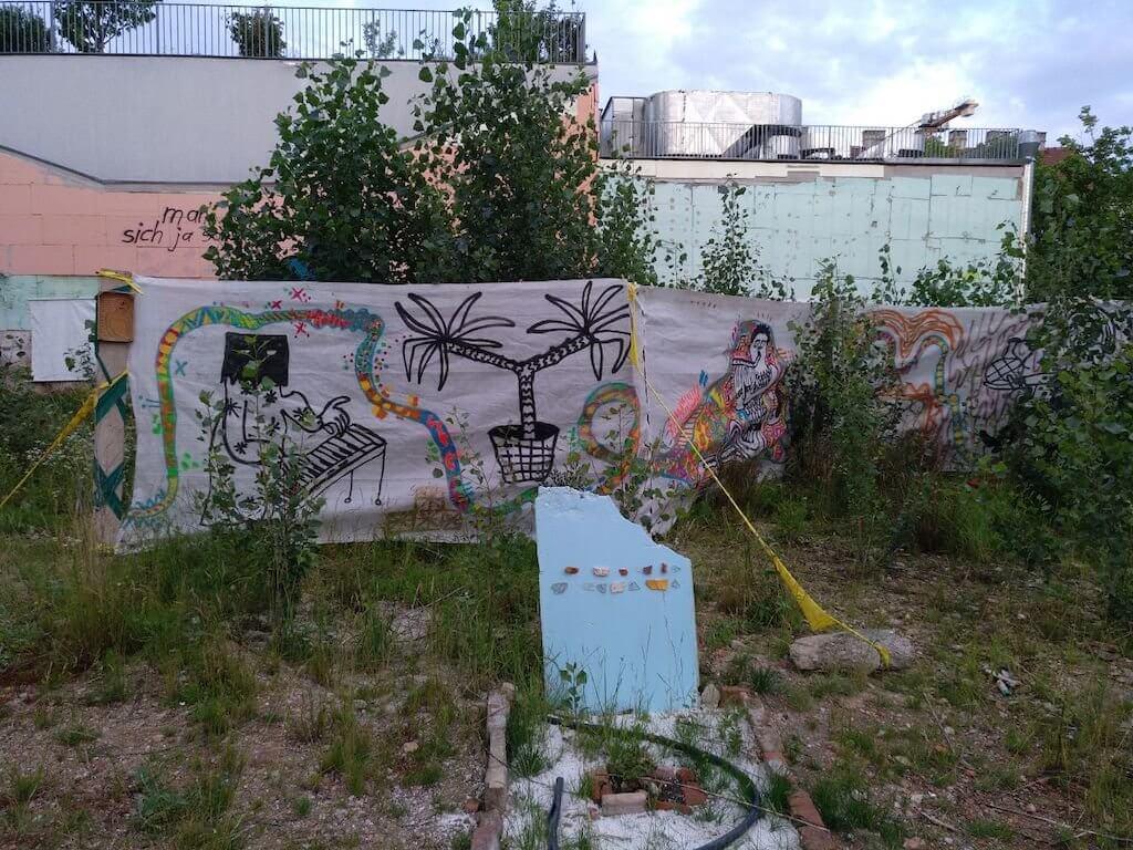 Ansicht einer Performance im Freien mit dem Titel Campingperformance und Lückenfüller von der Gruppe Bussi, Studierende der Abteilung Ortsbezogene Kunst und andere.