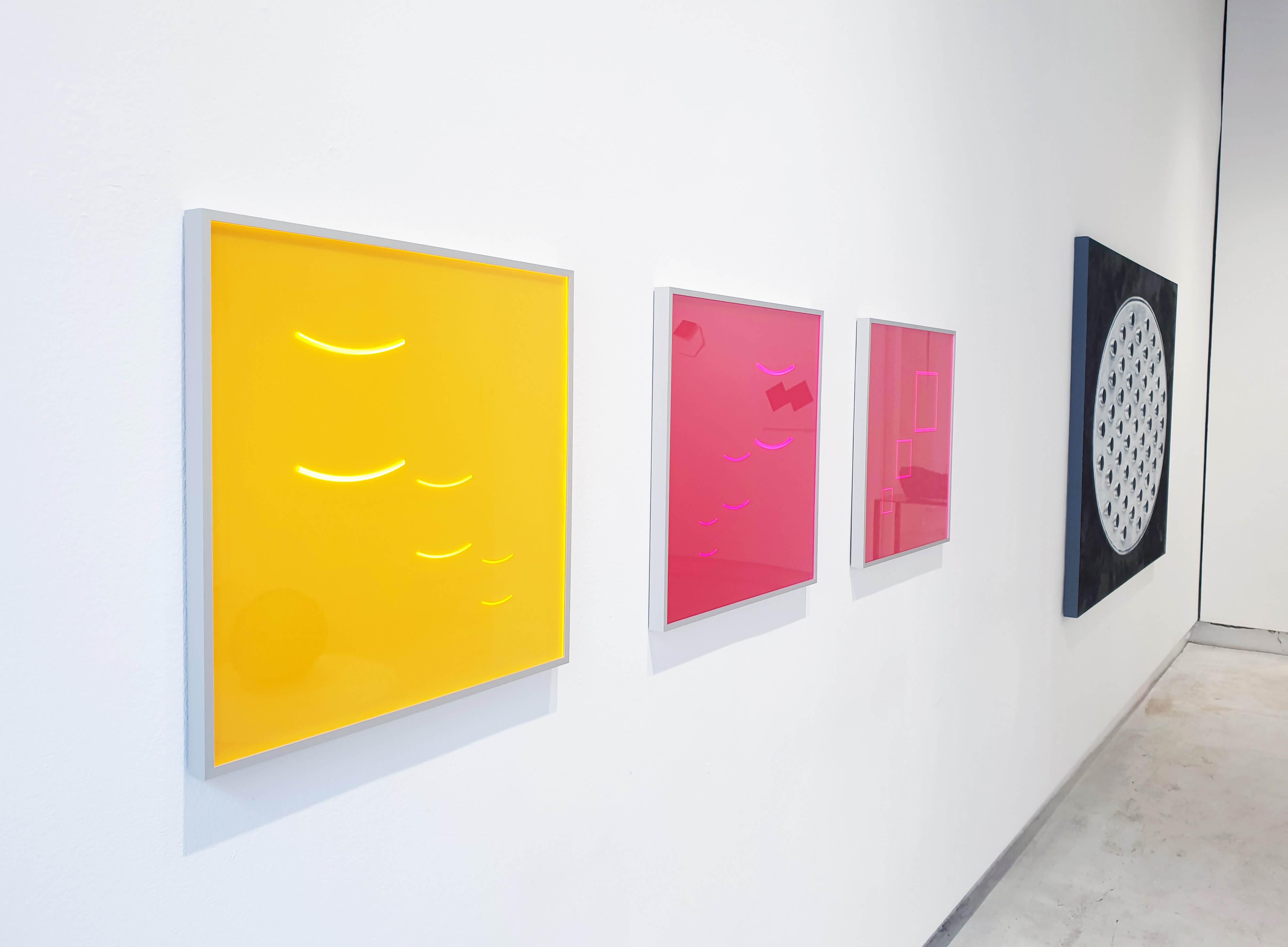 Wand mit drei Akrylbildern von Hellmut Bruch im Vordergrund
