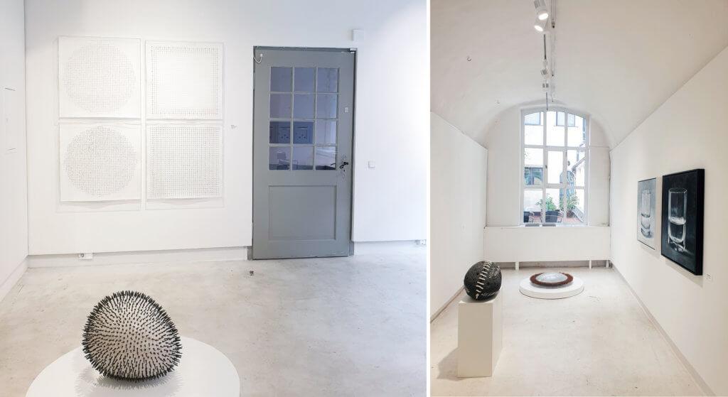 Links: Raum mit Tür rechts und Arbeiten von Michael Kos. Rechts: Raum mit Tür rechts und Arbeiten von Michael Kos.