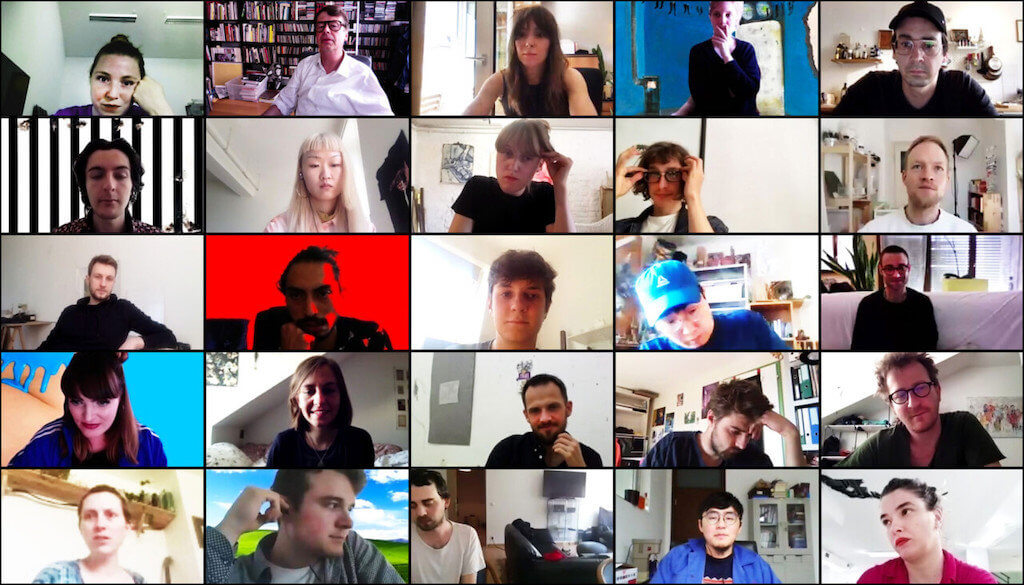 Dies ist ein Screenshot eines Zoom-Meetings. Zu sehen sind, in kleinen Kacheln, Kunststudenten der Akademie in München und ihr Professor, Peter Kogler.