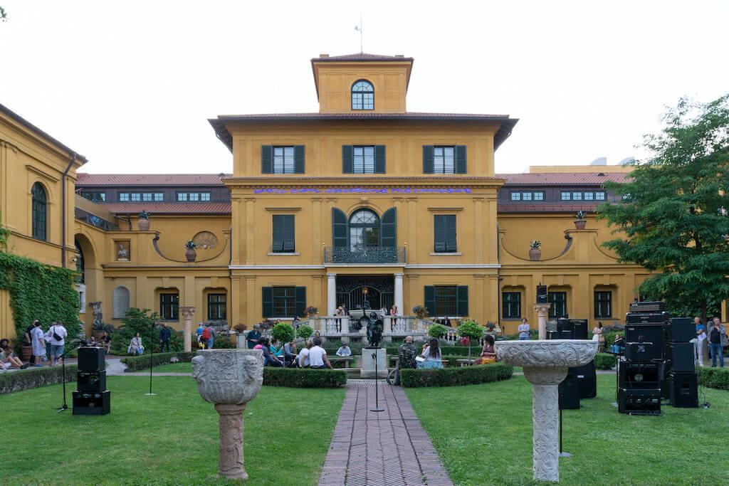 Man sieht den Garten des Lenbachhaus in München. Rechts die Installation von Kalas Liebfried.