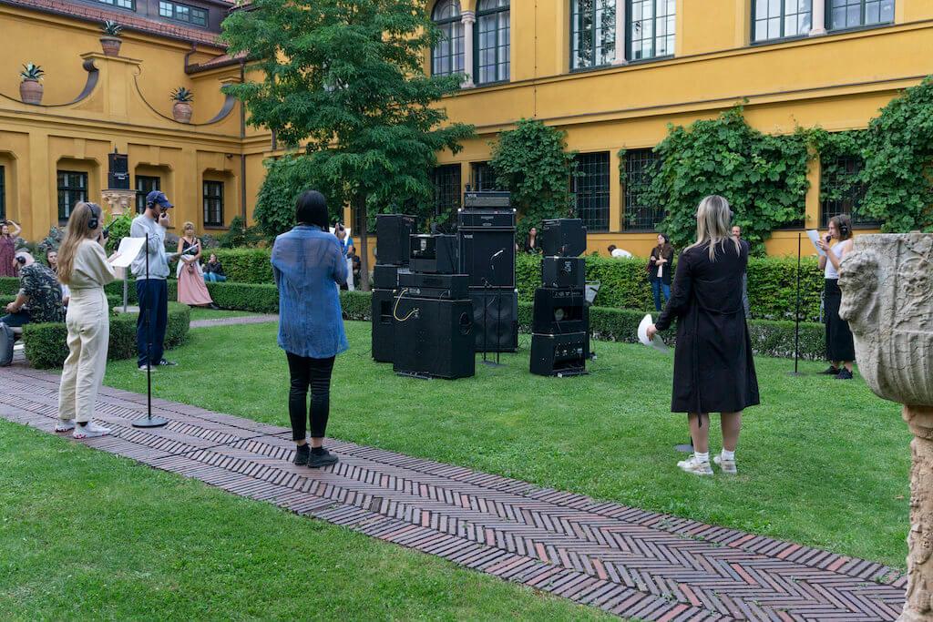 Man sieht Besucher der Installation von Kalas Liebfried.