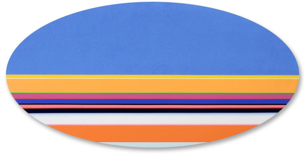 abstraktes Gemälde auf ovalem Bildträger. In der oberen Hälfte himmelblau, in der uneteren Hälfe farbige, horizontale Streifen.