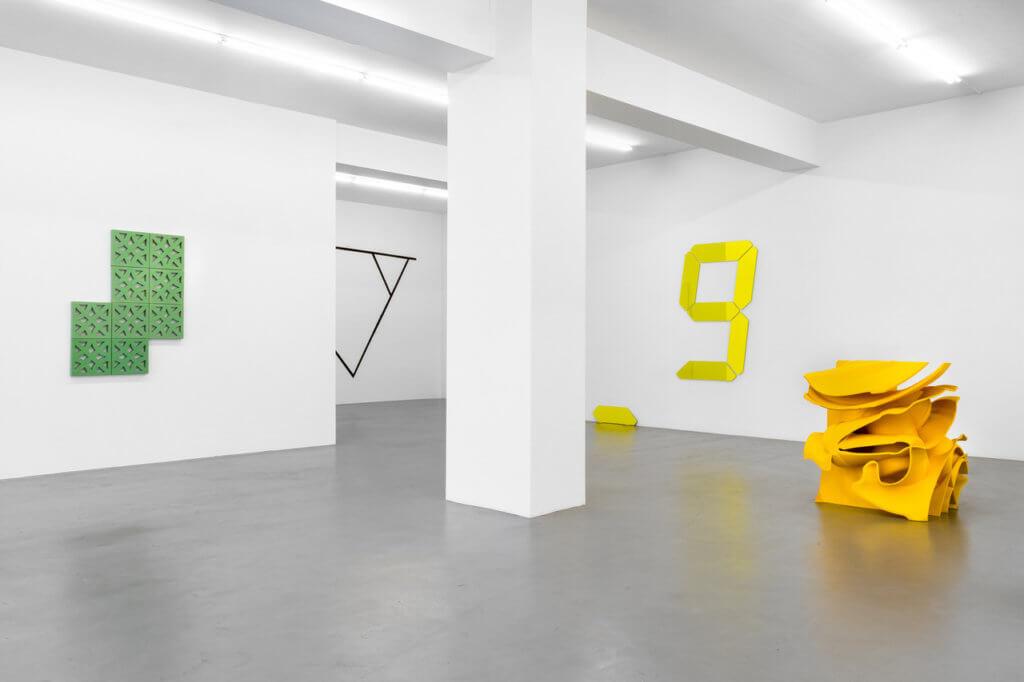 Einsicht in einen White-Cube mit verschiedenen Skulpturen