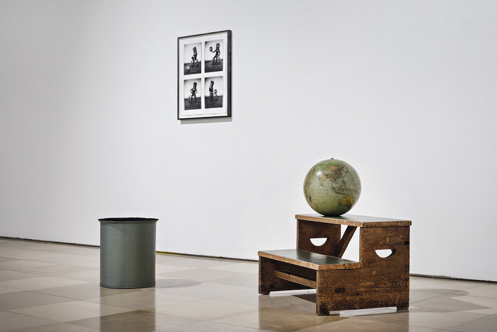 Installation von Leonie Felle mit Globus, Podest und Mülleimer