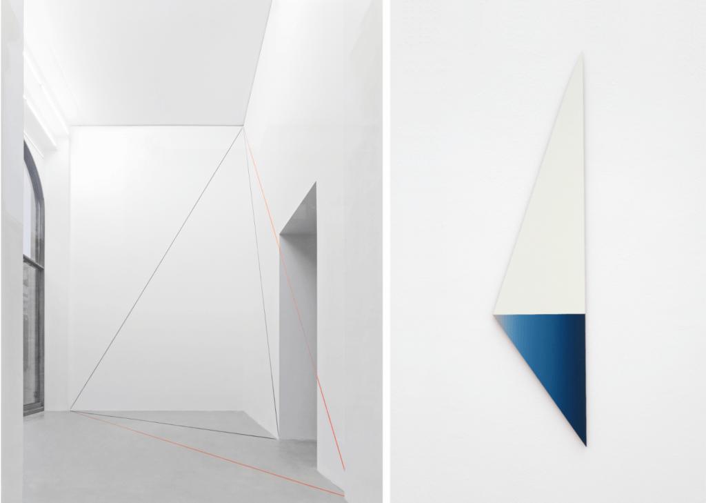 Linke Bildhälfte bildet Blick In einen weißen Galerieraum, die rechte Bildhälfte zeigt eine dreieckige Leinwand mit weißer und blauer Farbe.