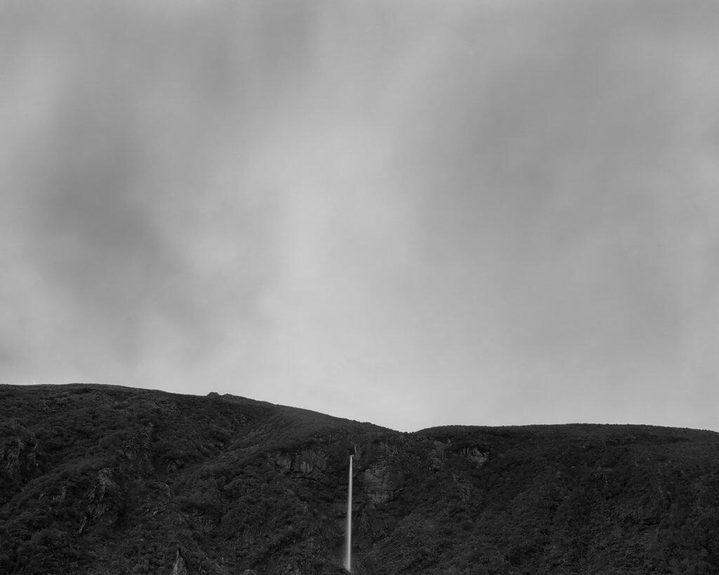 Wasserfall in schwarz weiß