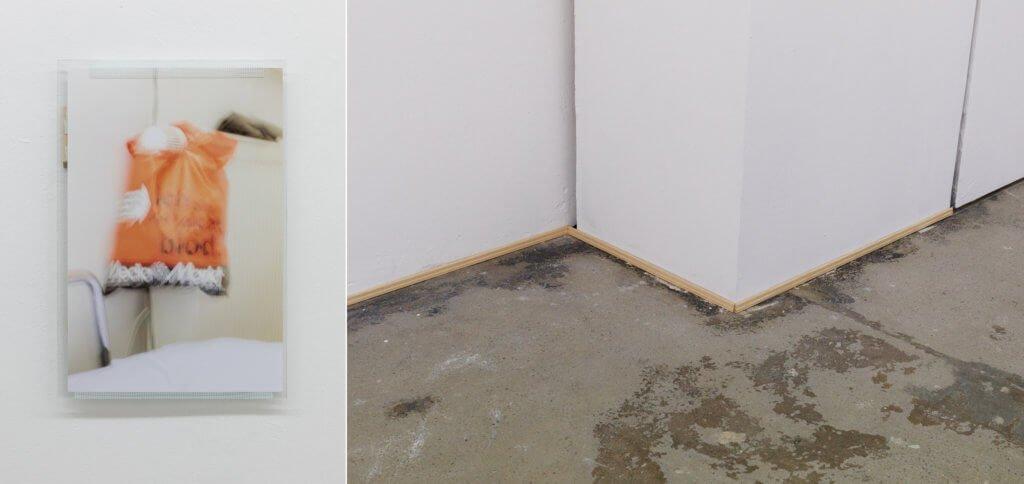 Links: Fotografie von Niklas Taleb zeigt eine verschwommene Mediamarkt-Tüte. Rechts: der Boden der Galerie Lucas Hirsch, es ist eine Fußleiste provisorisch angebracht.