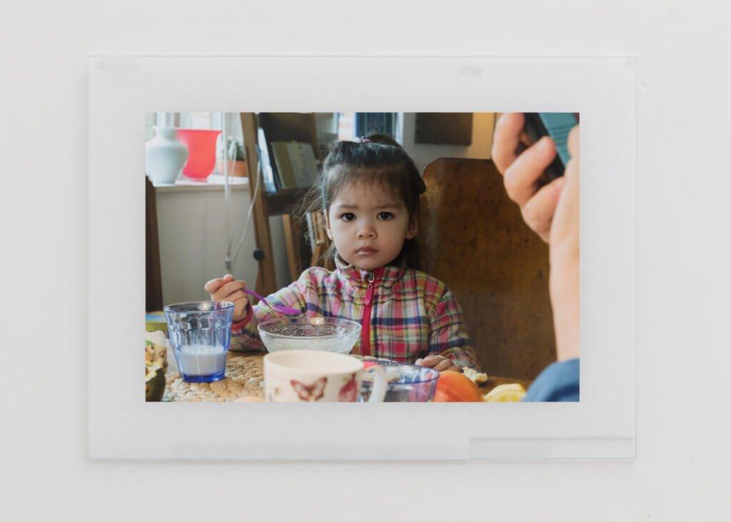 Fotografie von Niklas Taleb zeigt ein kleines Mädchen beim Essen.