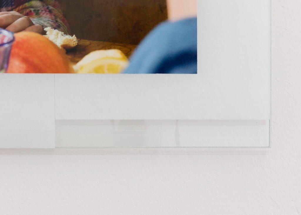 Detail einer Fotografie von Niklas Taleb und deren Rahmung.