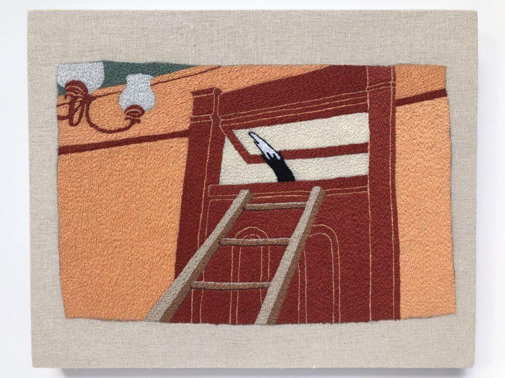Stickerei von Peter Frederiksen zeigt eine Tür, an die eine Leiter gelehnt ist. Eine Katze entwischt soeben durch das gekippte Fenster der Tür.