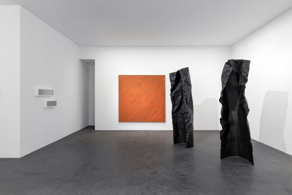 Installationsansicht der Ausstellung 'a changing ratio' - zu sehen sind Bilder, Reliefs und Skulpturen