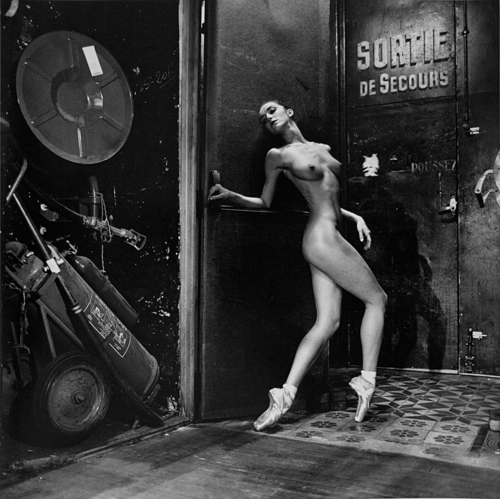 Eine nackt Ballettänzerin fotografiert von Helmut Newton in Schwarz-Weiss.