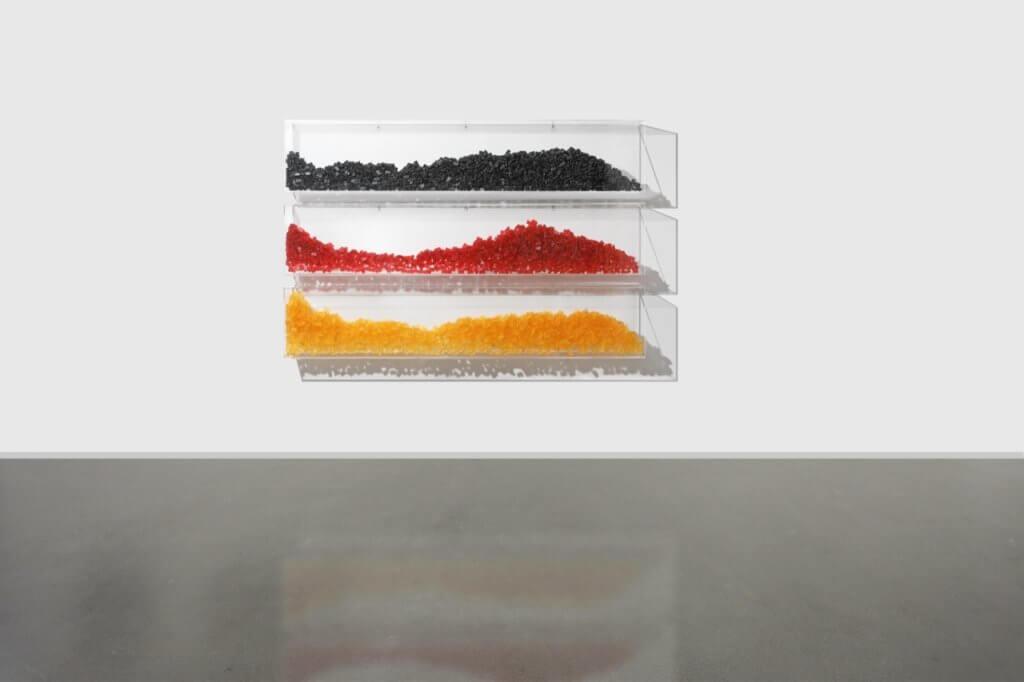 "Penny Monogiou: ""Schwarz, Rot, Gold"", Plexiglas, Gummibärchen, 160 x 106 x 15 cm, 2020 © Evelyn Drewes Galerie."