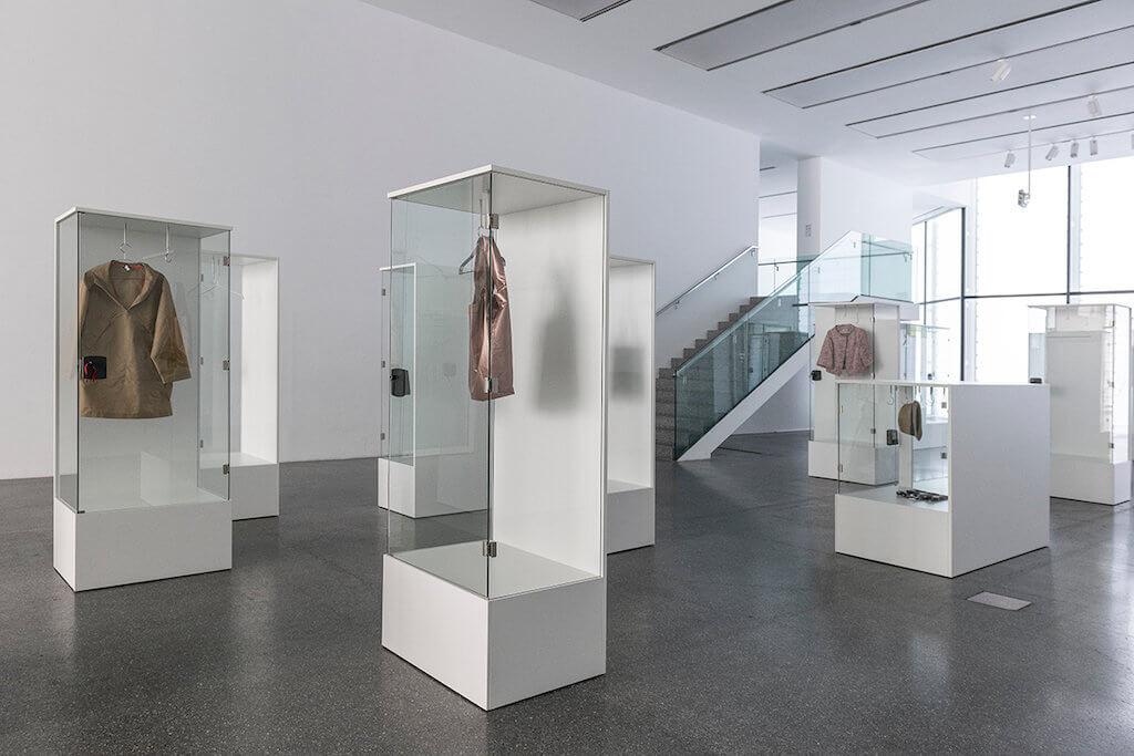 Zu sehen ist eine Ausstellungsansicht der Ausstellung: Karin Sander. Skulptur / Sculpture /Scultura, hier die Arbeit Identities on Display im Foyer.