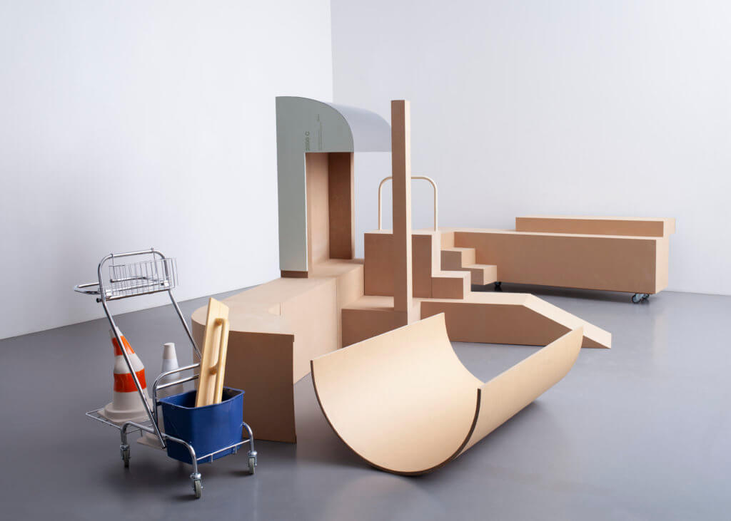 Kunstinstallation von Hauck & Plumpe für Berlin Masters. Zu sehen sind Holzgebilde sowie ein Einkaufswagen mit Verkehrshütchen.