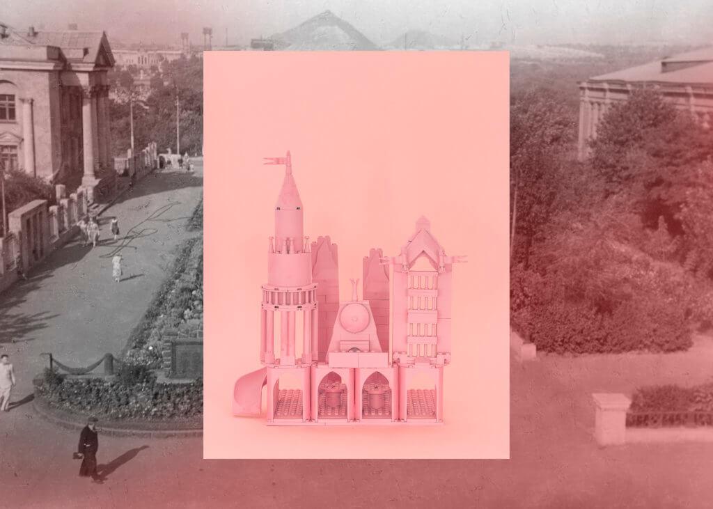 Ein altes Postkartenmotiv, überlagert von einer rosagrundigen Architekturzeichnung