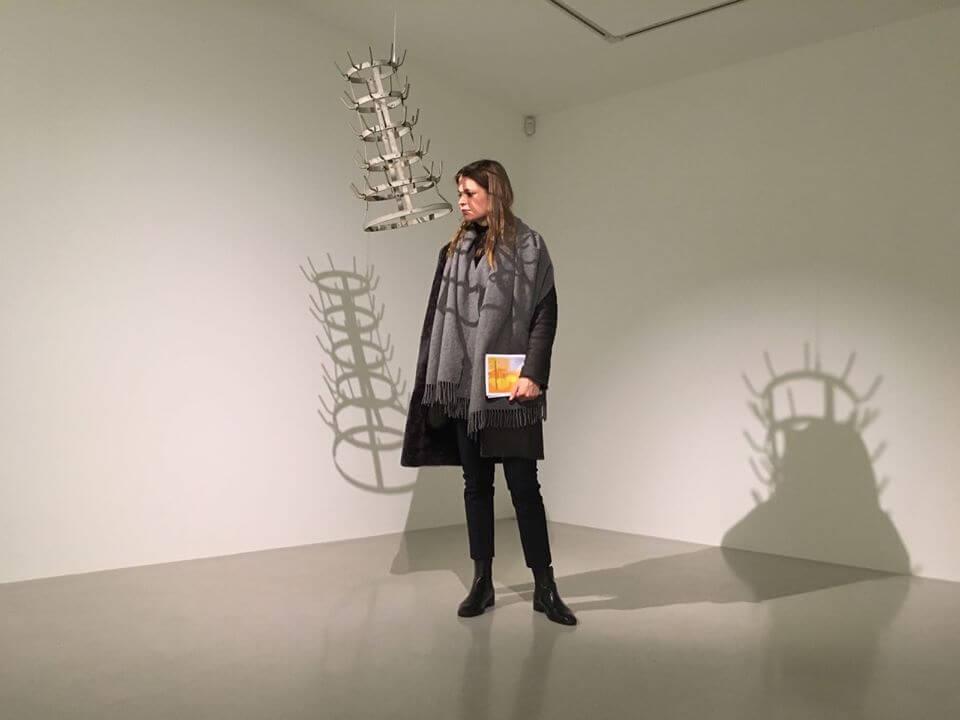 """Benita Böhm in der Ausstellung """"Porte-Bouteilles"""" von Marcel Duchamp in der Galerie Thaddaeus Ropac Paris Marais"""