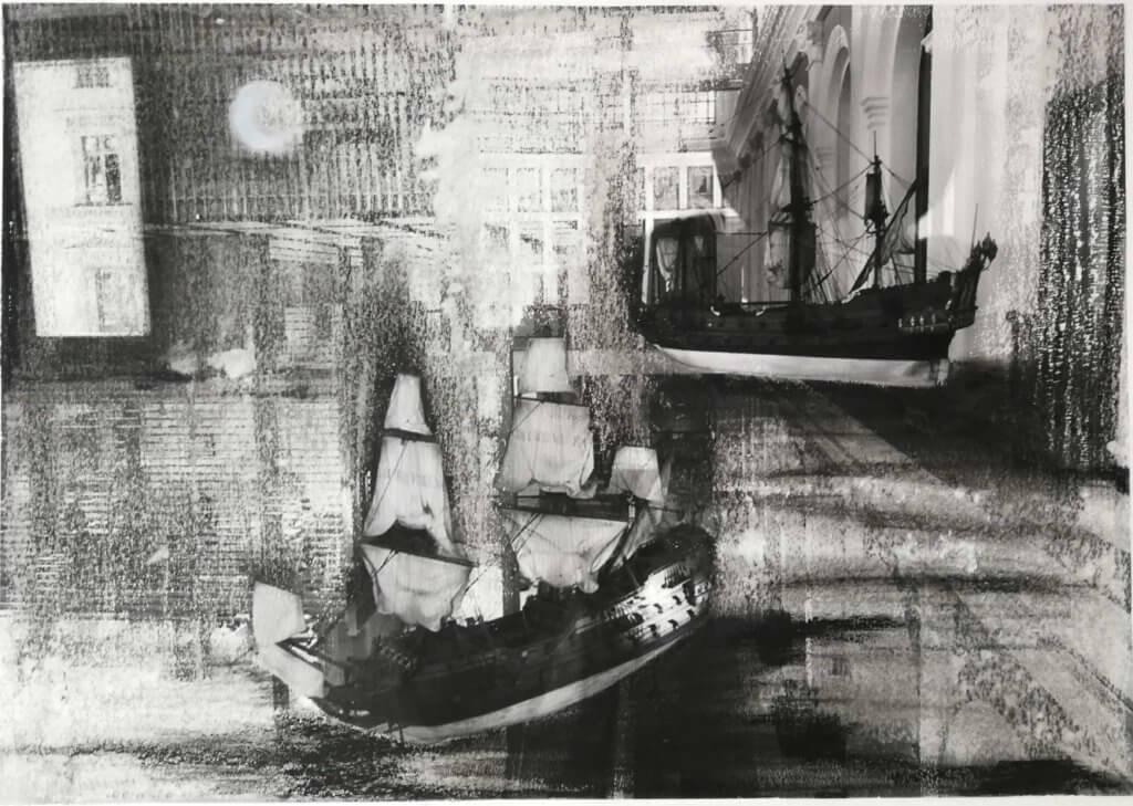 stark bearbeitete schwarz-weiß Fotografie, auf der zwei SEgelschiffe in einem Innenraum zu erkennen sind.