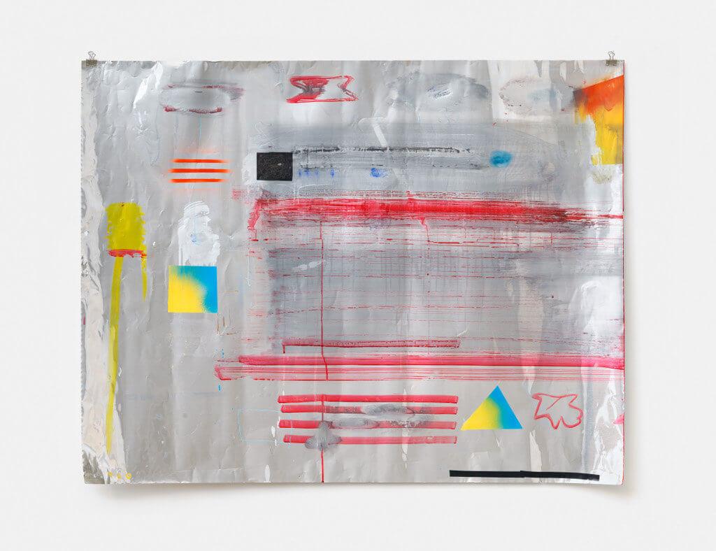 Das Bild zeigt ein Kunstwerk auf Aluminium. Die Darstellung ist nicht figurativ, unter anderem sind horizontale rote Streifen, gelbe und blaue Quadrate und verschiedene nicht-bestimmbare Formen zu sehen.