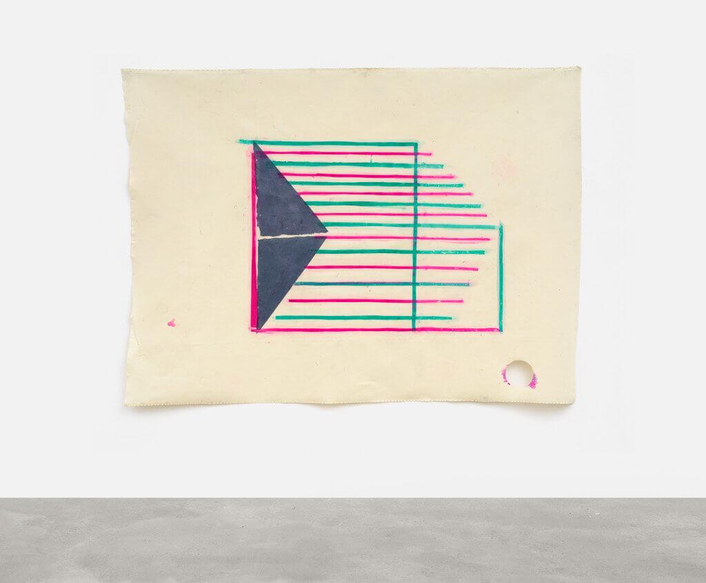 Das Bild zeigt ein Kunstwerk auf unbearbeiteter Leinwand. Die Darstellung besteht auf einem nach rechts ausgerichteten dunkelblauem Dreieck und einem darüber liegenden Rechteck aus Cyan-Blauen und Magenta-Roten Streifen.