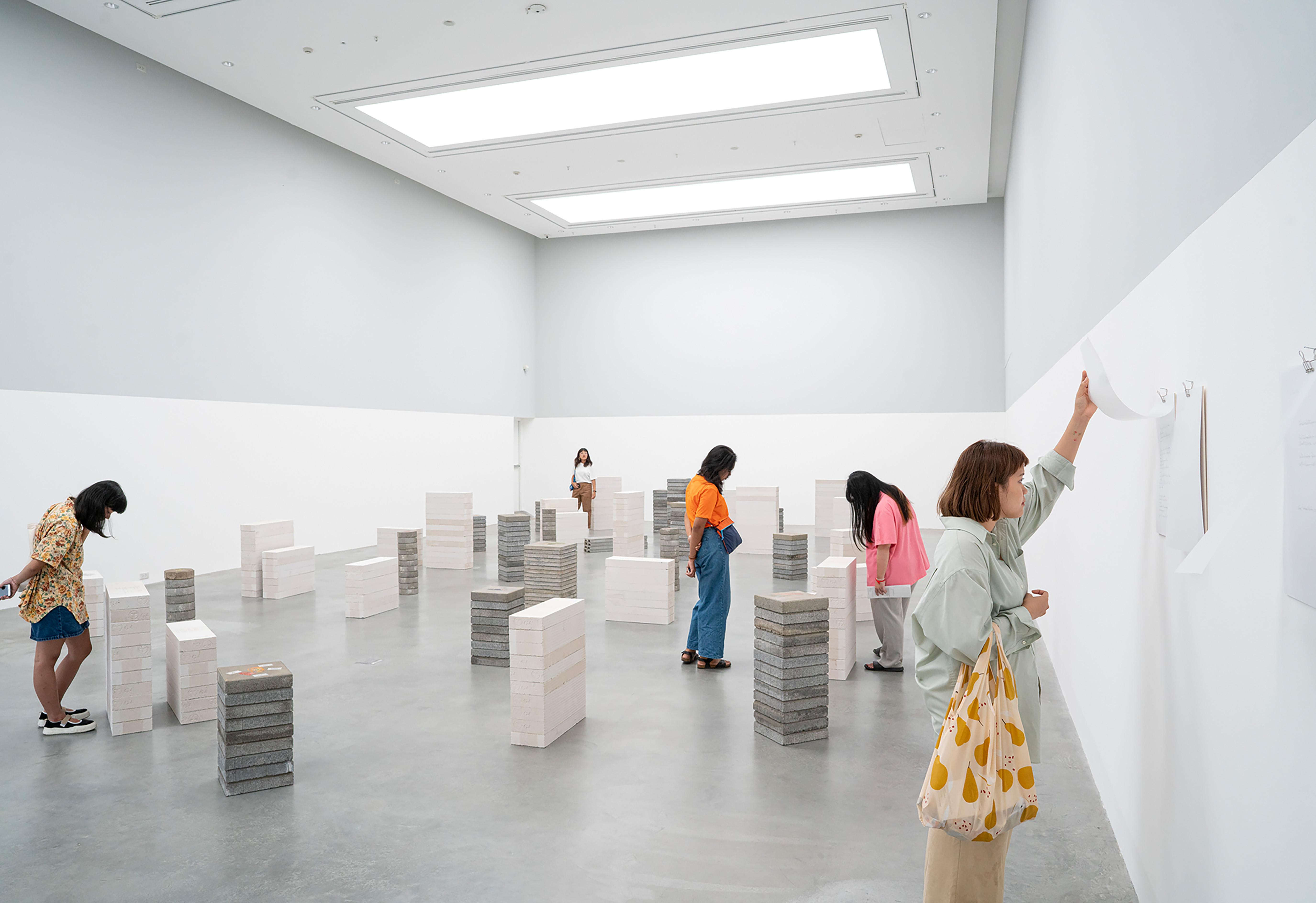 Installation von Orawan Anrunrak, mit der mehrere Personen interagieren.