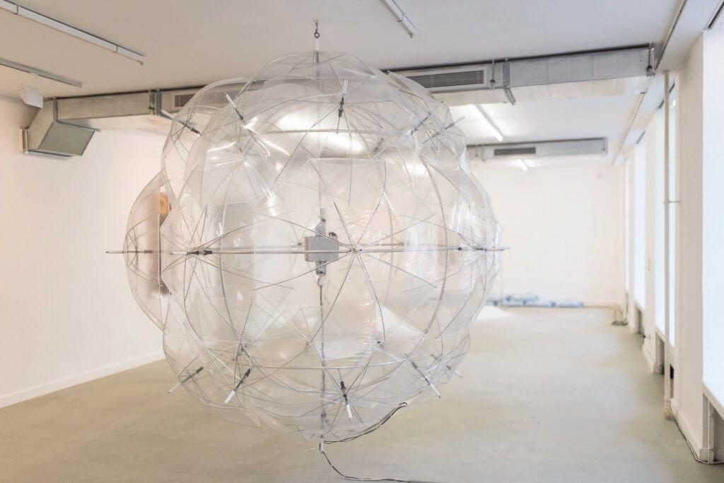 Ein großer durchsichtiger Luftballon in einem Ausstellungsraum