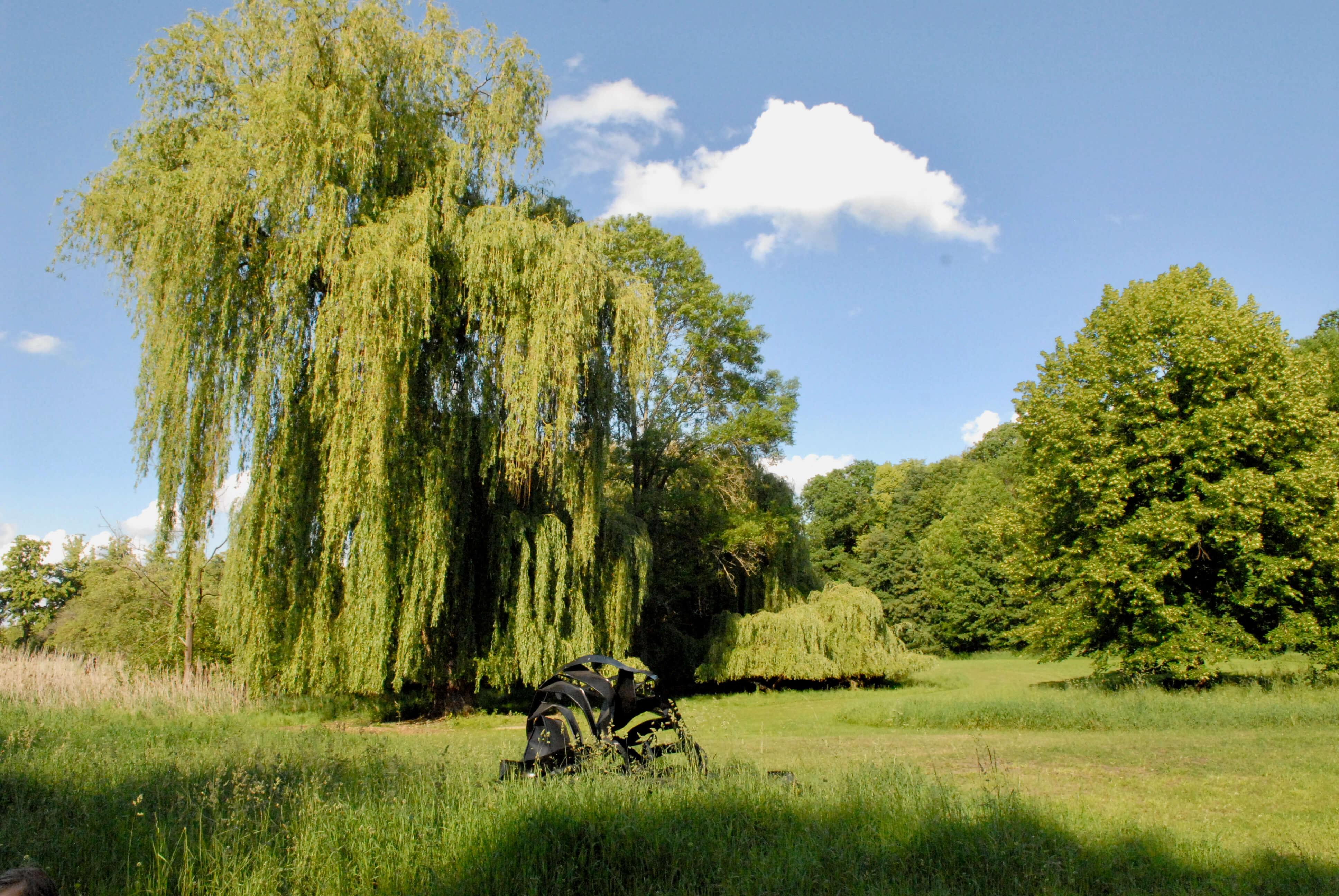 Schwarze Skulptur von Monika Sosnowska im Garten des Schlossguts Schwante. Die Arbeit ist Teil des Skulpturenparks.